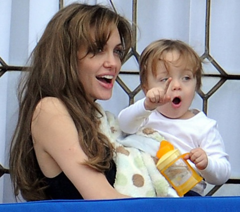 Angelina Jolie âu yếm con ngoài ban công - 13