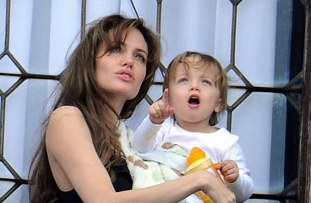 Angelina Jolie âu yếm con ngoài ban công - 14