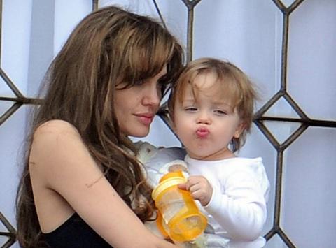 Angelina Jolie âu yếm con ngoài ban công - 15