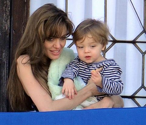 Angelina Jolie âu yếm con ngoài ban công - 2