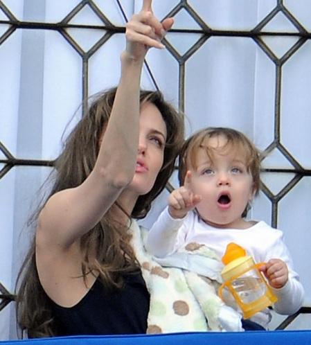 Angelina Jolie âu yếm con ngoài ban công - 4