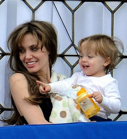 Angelina Jolie âu yếm con ngoài ban công - 6