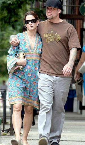 """Chồng Sandra Bullock liên tục bị tố """"ăn chả"""" - 4"""