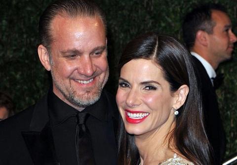 """Chồng Sandra Bullock liên tục bị tố """"ăn chả"""" - 3"""