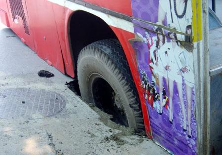 """Xe buýt """"sập bẫy"""" hố ga - 1"""