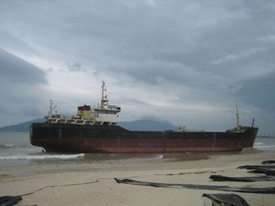 Tàu nghìn tấn lại mắc cạn sau khi được giải cứu - 1