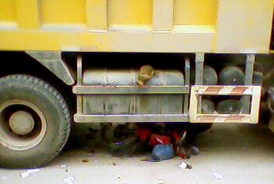 Xe máy chui tọt vào gầm xe ben - 1