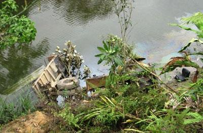 Xe tải lao xuống suối, lái xe chết đuối - 1