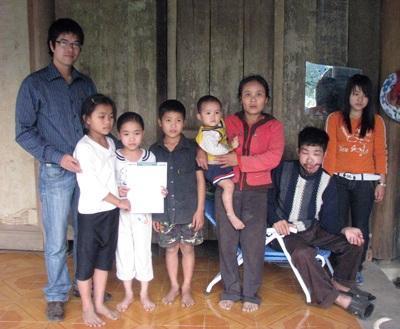 Quà Nhân ái đến với mẹ con chị Nguyễn Thị Duyến - 1