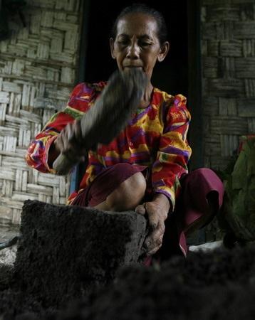 Món bánh làm hoàn toàn bằng đất ở Indonesia - 2