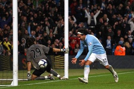 Tevez lập hat-trick giúp Man City khuất phục Wigan - 3