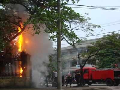 Tủ điện bốc cháy ngùn ngụt trên phố - 1