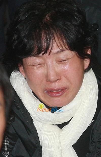 Mẹ của Choi Ji Shil khóc ngất trong tang lễ của con trai - 10