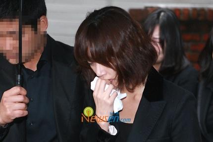 Mẹ của Choi Ji Shil khóc ngất trong tang lễ của con trai - 11