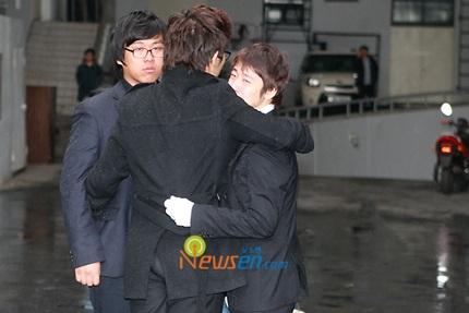 Mẹ của Choi Ji Shil khóc ngất trong tang lễ của con trai - 12