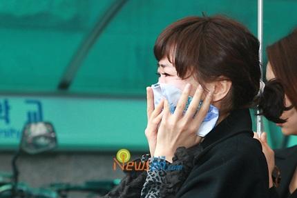 Mẹ của Choi Ji Shil khóc ngất trong tang lễ của con trai - 13