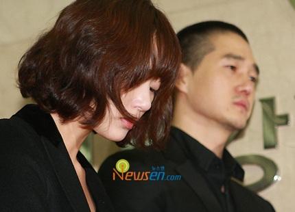 Mẹ của Choi Ji Shil khóc ngất trong tang lễ của con trai - 14