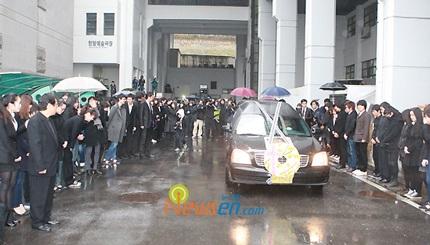 Mẹ của Choi Ji Shil khóc ngất trong tang lễ của con trai - 16