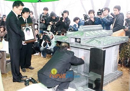 Mẹ của Choi Ji Shil khóc ngất trong tang lễ của con trai - 20