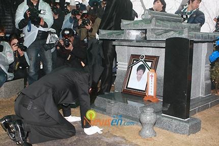 Mẹ của Choi Ji Shil khóc ngất trong tang lễ của con trai - 21