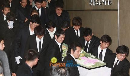 Mẹ của Choi Ji Shil khóc ngất trong tang lễ của con trai - 2