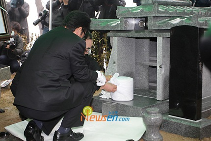 Mẹ của Choi Ji Shil khóc ngất trong tang lễ của con trai - 18