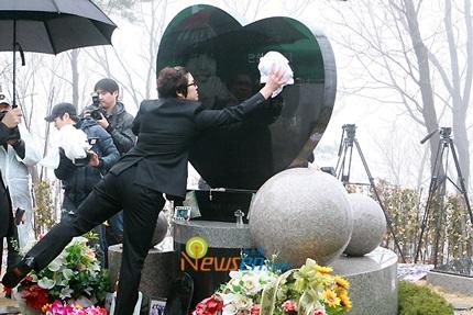 Mẹ của Choi Ji Shil khóc ngất trong tang lễ của con trai - 23