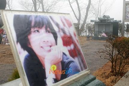 Mẹ của Choi Ji Shil khóc ngất trong tang lễ của con trai - 24