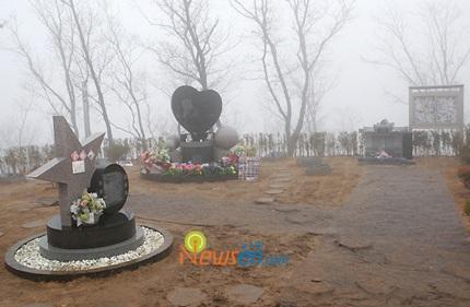 Mẹ của Choi Ji Shil khóc ngất trong tang lễ của con trai - 25