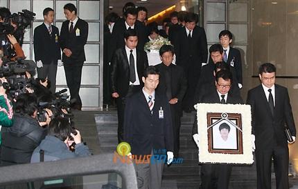 Mẹ của Choi Ji Shil khóc ngất trong tang lễ của con trai - 3