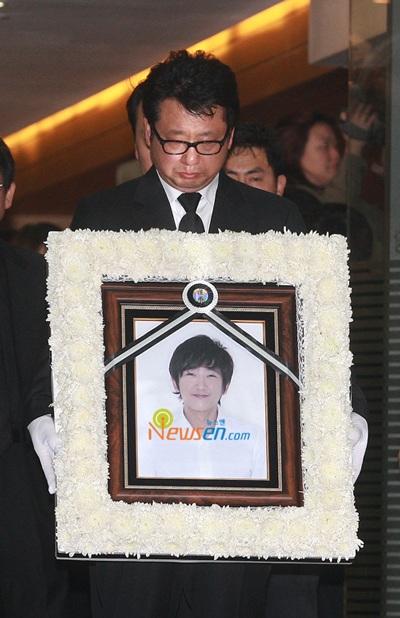 Mẹ của Choi Ji Shil khóc ngất trong tang lễ của con trai - 4