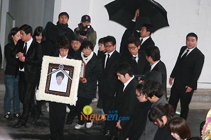 Mẹ của Choi Ji Shil khóc ngất trong tang lễ của con trai - 5