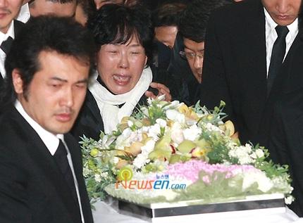 Mẹ của Choi Ji Shil khóc ngất trong tang lễ của con trai - 7