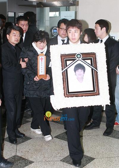 Mẹ của Choi Ji Shil khóc ngất trong tang lễ của con trai - 8