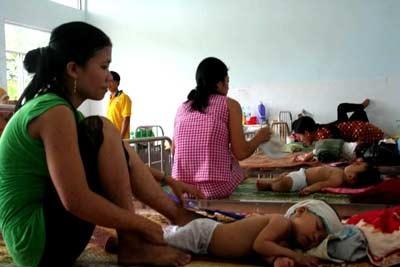 Nắng nóng, trẻ nhập viện tăng gấp đôi ngày thường   - 1