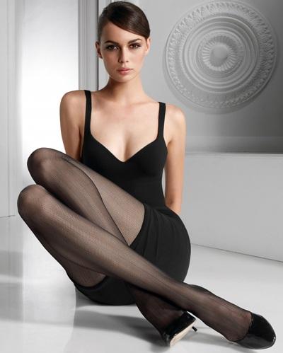 Mia Rosing khoe chân siêu dài trong quảng cáo Wolford  - 1