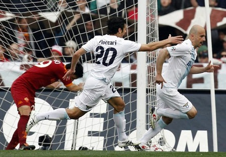Thắng nghẹt thở Lazio, AS Roma nắm lại ngôi đầu - 2