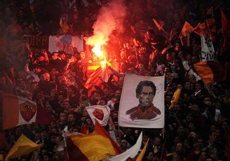 Thắng nghẹt thở Lazio, AS Roma nắm lại ngôi đầu - 1