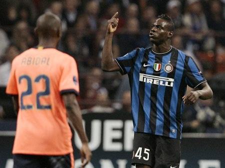 Balotelli ném áo đầy bất mãn trong ngày Inter đại thắng - 1