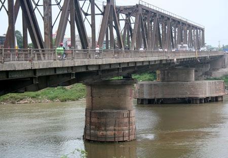 """""""Run bần bật"""" khi qua cầu Đuống - 16"""