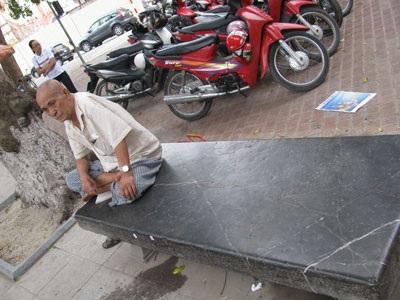 Ghế đá cổ thời Lê lớn nhất Hà Nội bị vỡ tan tành - 3