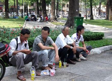 Hút thuốc nơi công cộng: lệnh cứ cấm, người cứ hút   - 1