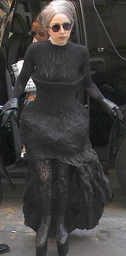 Lady Gaga đi giày không gót ra phố - 1