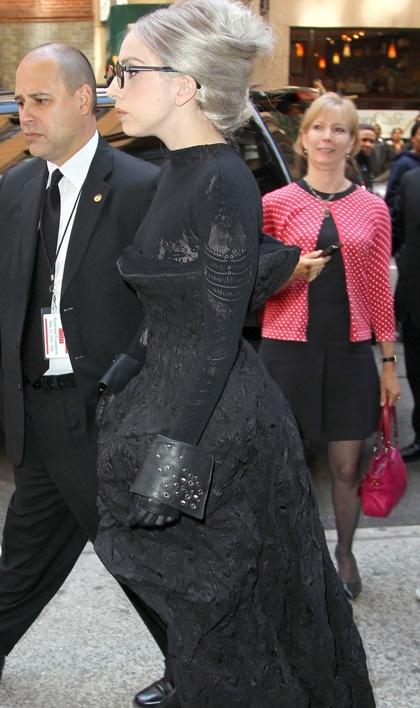 Lady Gaga đi giày không gót ra phố - 2