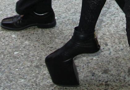 Lady Gaga đi giày không gót ra phố - 3