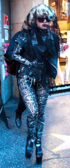 Lady Gaga đi giày không gót ra phố - 4