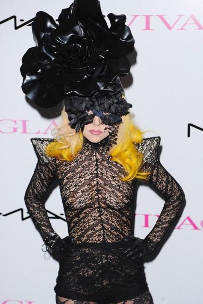 Lady Gaga đi giày không gót ra phố - 5