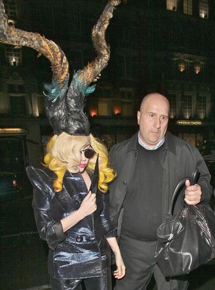 Lady Gaga đi giày không gót ra phố - 7