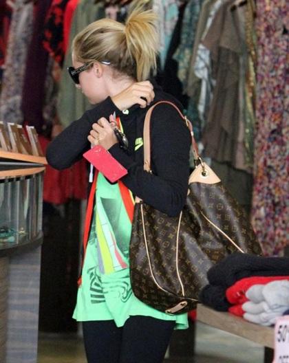 Ngắm bộ sưu tập túi Louis Vuitton của Ashley Tisdale - 2
