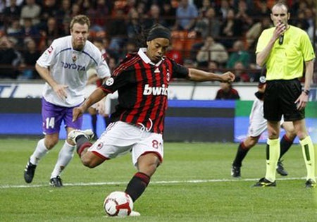 Đề phòng Ronaldinho ra đi, Milan hỏi mua Robinho  - 1